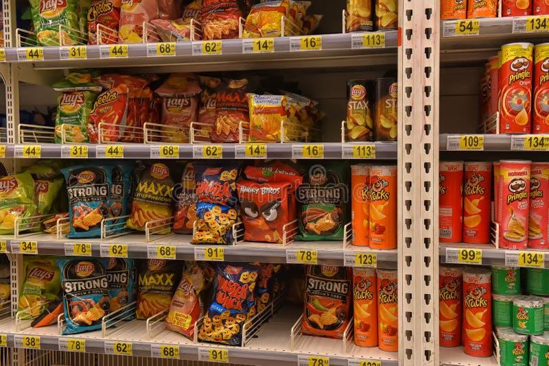 Обломоки в пакете на полках супермаркета стоковые изображения rf