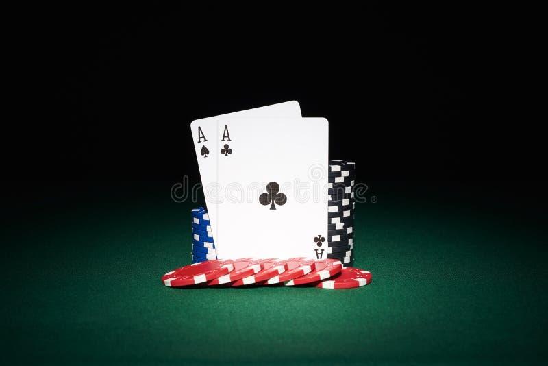 Обломоки покера на таблице с карточками тузов стоковое изображение rf
