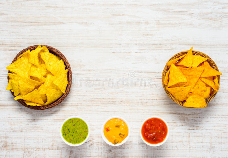 Обломоки Tortilla с гуакамоле и зоной космоса экземпляра стоковые фото