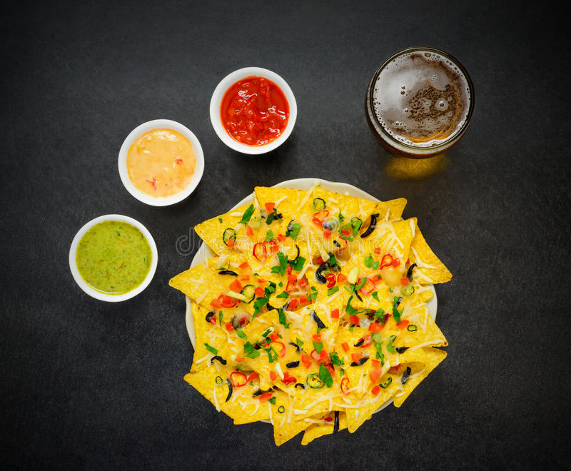 Обломоки Tortilla с стеклянным погружением пива и гуакамоле стоковые фото