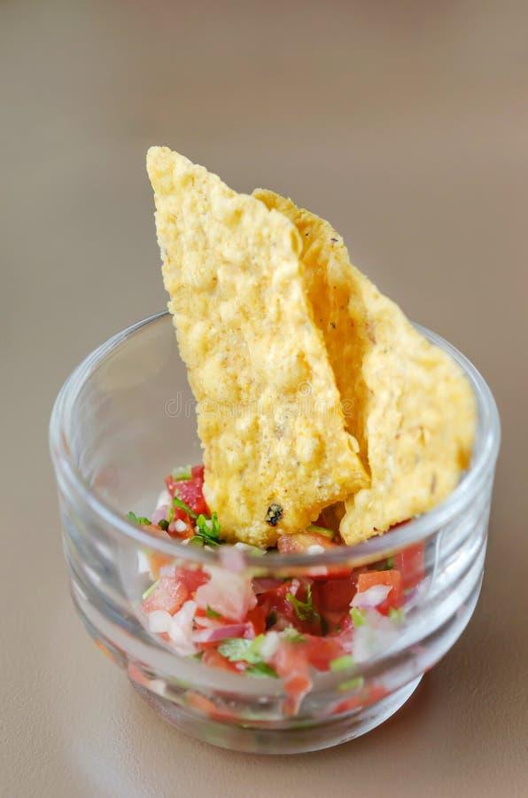 Обломоки Tortilla с dip сальса стоковое изображение