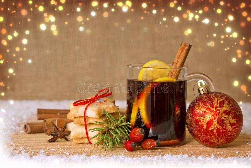 Обдумыванное вино и красный шарик рождества стоковые фото