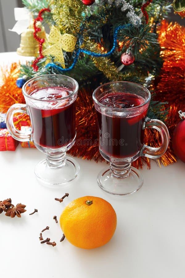 Обдумыванное вино с украшенной рождественской елкой стоковые фото