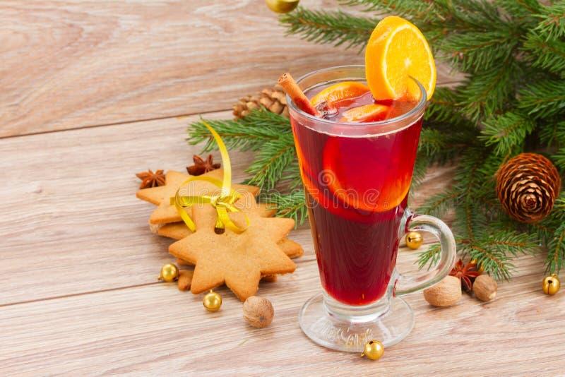 Обдумыванное вино с украшенной рождественской елкой стоковая фотография rf