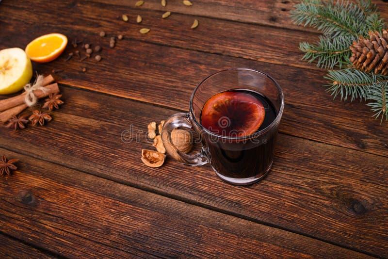 Обдумыванные вино, пунш и специи для glintwine на винтажной предпосылке деревянного стола стоковая фотография
