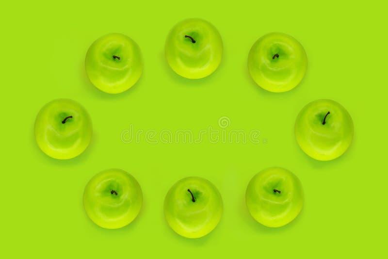 Овальная рамка зрелых сочных зеленых яблок на зеленой предпосылке с космосом экземпляра стоковые фотографии rf