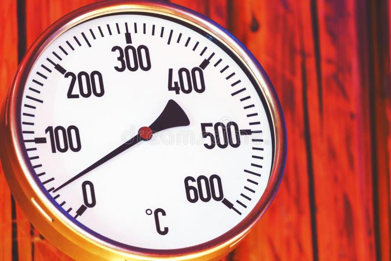 Овенский термометр закрывается, ретро выглядит термометр деревянный фон стоковая фотография