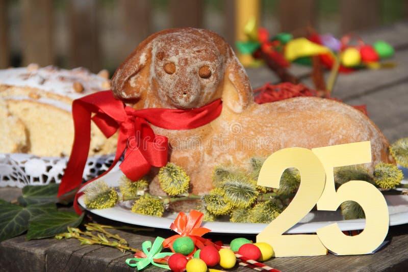 Овечка пасхи с вид спереди торта 25 пасхи стоковая фотография