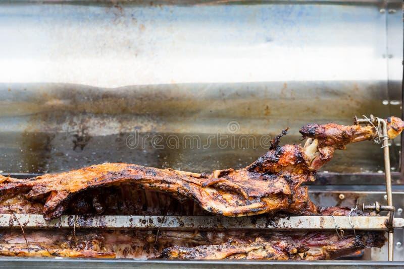Овечка Cookout BBQ на rotisserie вертела стоковое изображение rf