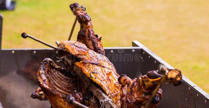 Овечка Cookout BBQ на rotisserie вертела стоковая фотография