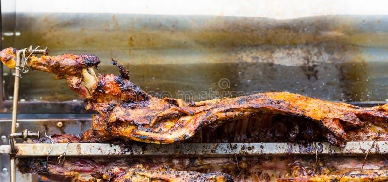 Овечка Cookout BBQ на rotisserie вертела стоковое изображение