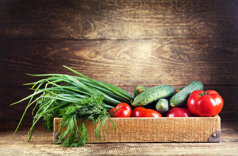 Овощи в деревянной коробке стоковая фотография rf