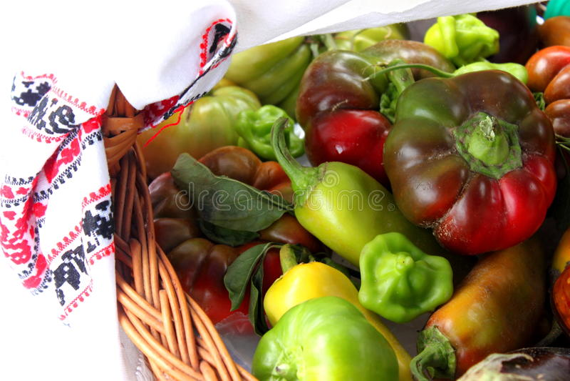 Овощи в корзине стоковое изображение rf