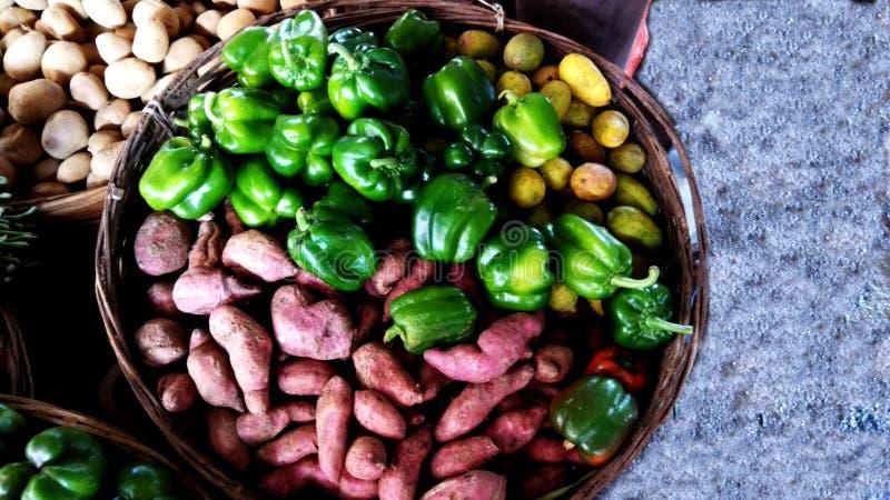 Овощи в магазине деревни стоковая фотография rf