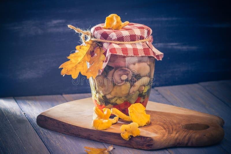 Овощи грибов подготовок marinated опарником стоковая фотография rf