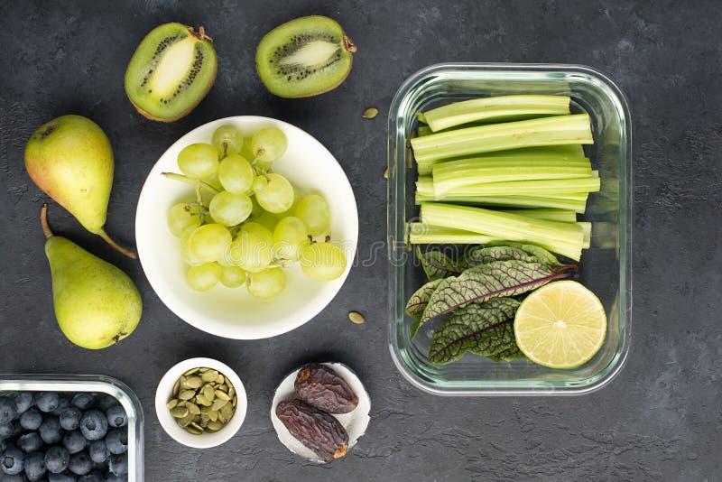 Овощи ингредиентов здоровой еды свежие приносят плоды семена ягод Стеклянные тары на обед с сочным сельдереем, известкой стоковая фотография rf