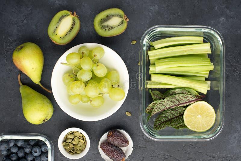 Овощи ингредиентов здоровой еды свежие приносят плоды семена ягод Стеклянные тары на обед с сочным сельдереем, известкой стоковые изображения