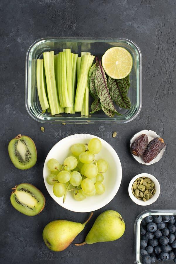 Овощи ингредиентов здоровой еды свежие приносят плоды семена ягод Стеклянные тары на обед с сочным сельдереем, известкой стоковая фотография