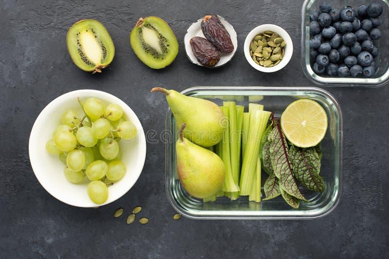 Овощи ингредиентов здоровой еды свежие приносят плоды семена ягод Стеклянные тары на обед с сочным сельдереем, известкой стоковые изображения rf