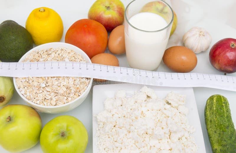 овощи и плодоовощи с измеряя лентой, авокадо, слива, oni стоковое изображение