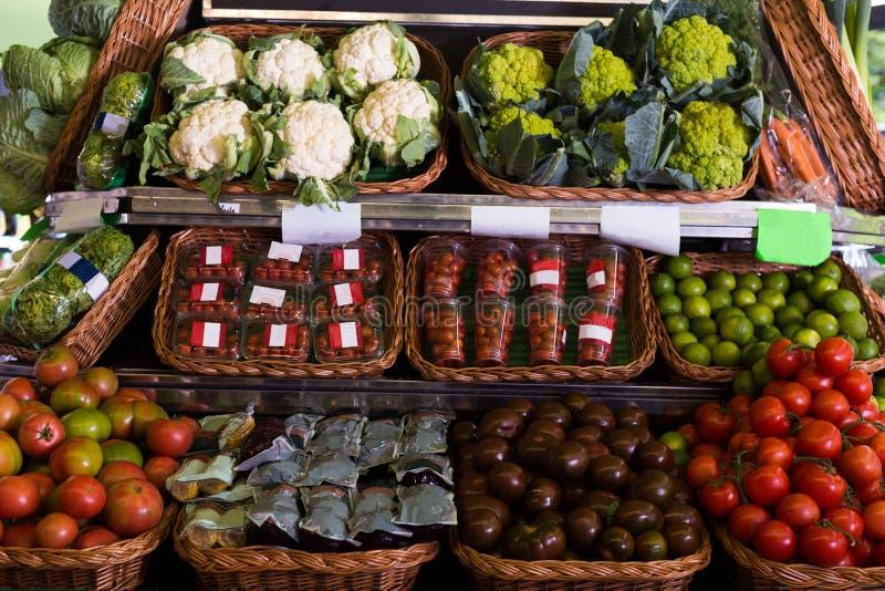 Овощи и плоды в плетеных корзинах на счетчике greengrocery стоковая фотография rf