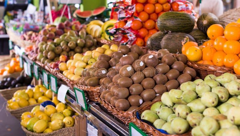 Овощи и плоды в плетеных корзинах на счетчике greengrocery стоковые изображения rf