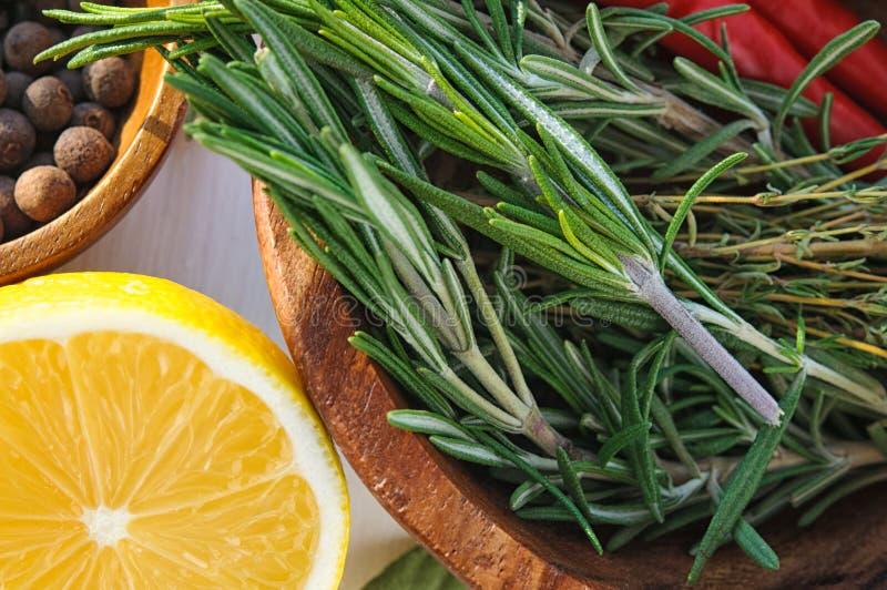 Овощи и травы по мере того как ingridients для рецепта блюда цыпленка: розмариновое масло, лимон, allspice, тимиан, перец chili в стоковое изображение rf