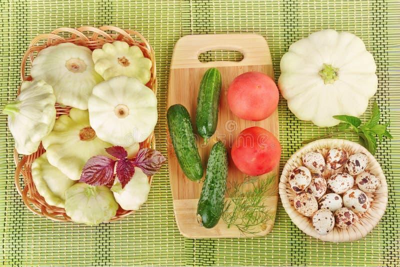 Овощи и яичка триперсток на зеленой предпосылке стоковая фотография
