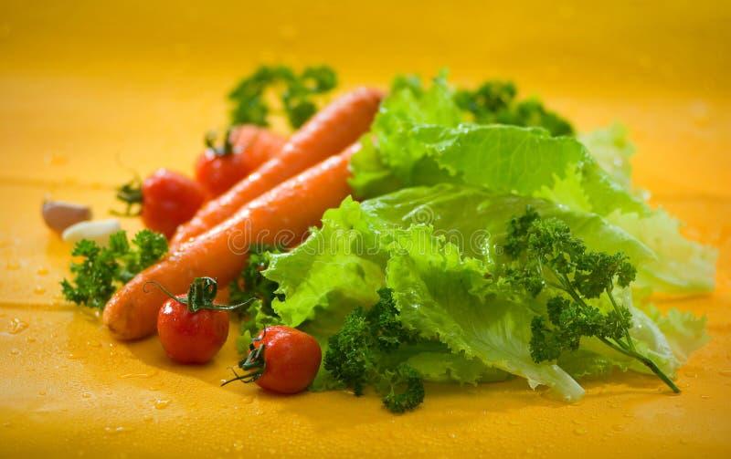 Овощи - моркови, томаты, чеснок, салат и петрушка стоковое изображение rf