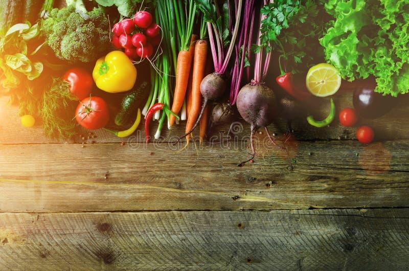 Овощи на деревянной предпосылке Био здоровые натуральные продукты, травы и специи Сырцовая и вегетарианская концепция ингридиенты стоковые фотографии rf