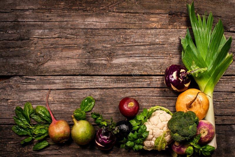 Овощи на деревянной предпосылке Цветная капуста, брокколи, редиска, пастернак, лук-порей, кольраби стоковое изображение