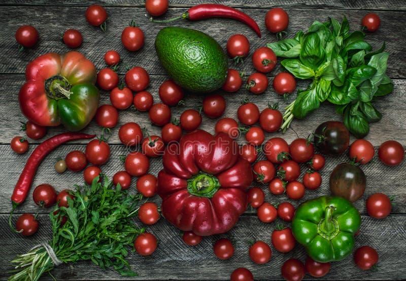 Овощи на деревянном столе в деревенском стиле стоковая фотография rf