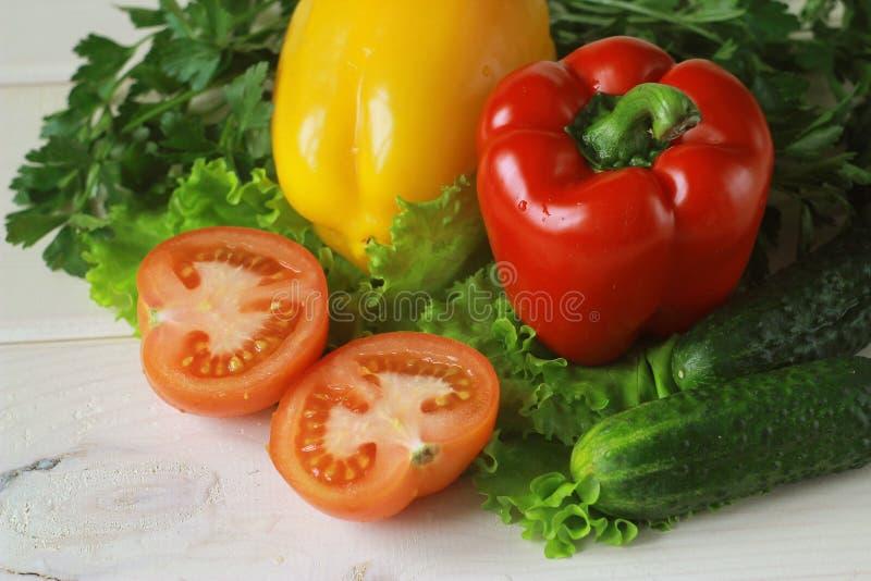 Овощи на деревянной предпосылке стоковые изображения