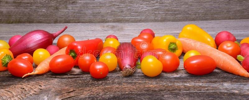 Овощи на старой деревянной предпосылке стоковые фотографии rf