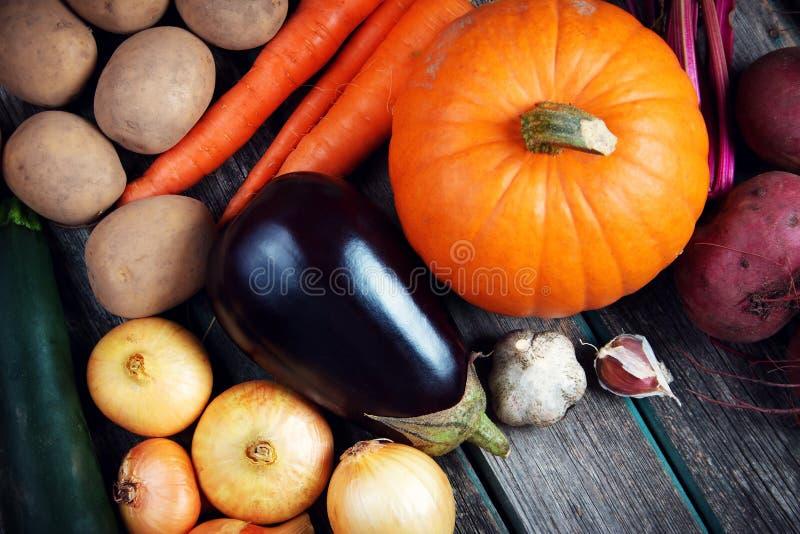 Овощи на старой деревянной предпосылке стоковые изображения rf