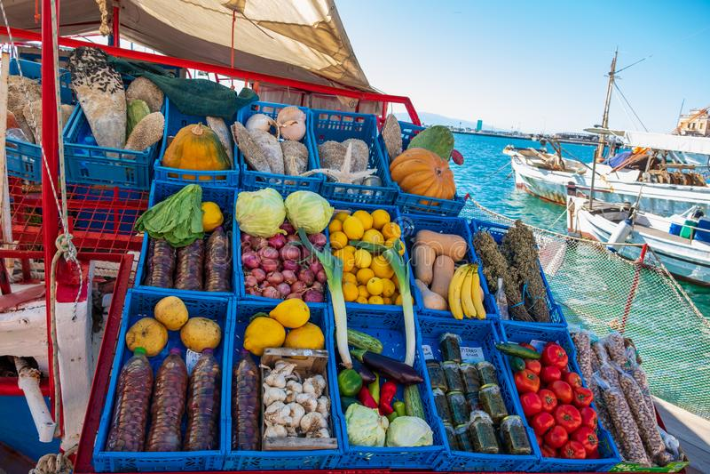 Овощи на стойле рынка на шлюпке в порте Aegina в Греции стоковое изображение rf