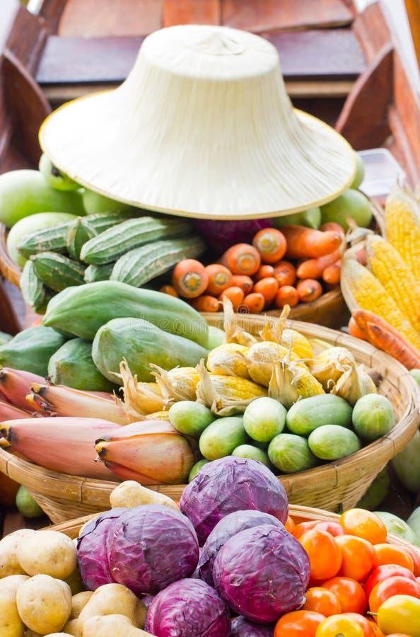 Овощи на шлюпке на плавая рынке. стоковая фотография