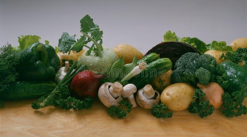 Овощи - огурец, лук, зеленые луки, красные луки, картошки, красная капуста, брокколи, кольраби, грибы стоковые изображения