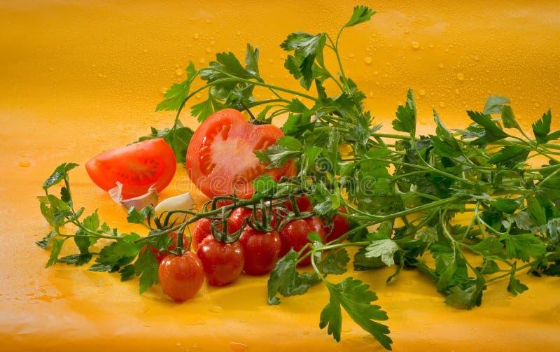 Овощи - отрезал томат, томаты вишни на ветви, чеснок, петрушку стоковые фото