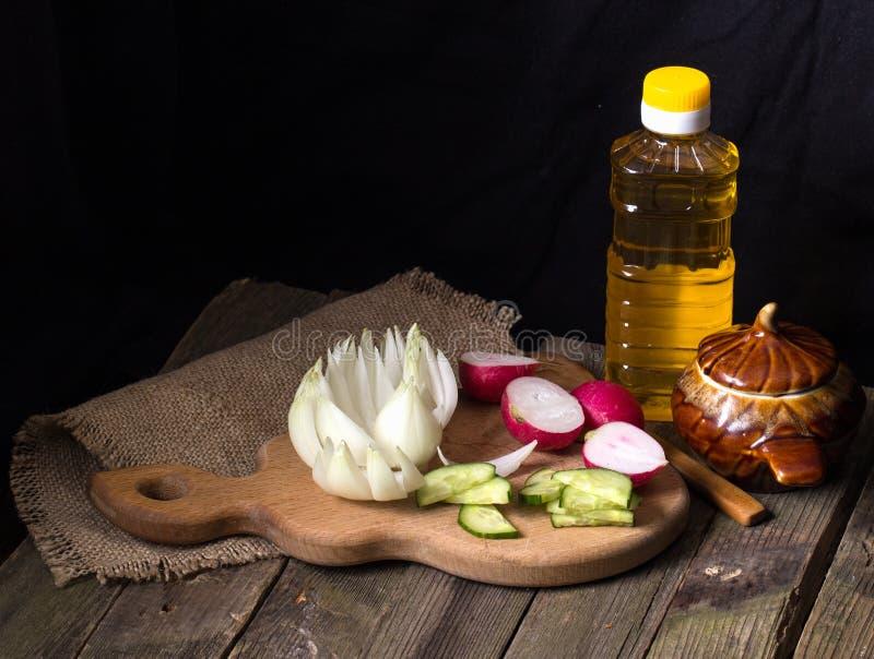 Овощи отрезка на старом деревянном столе стоковые фотографии rf
