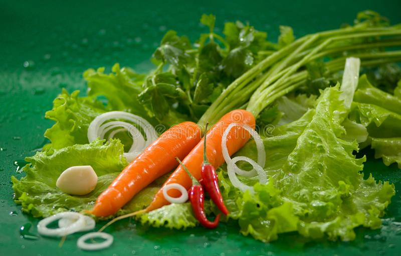 Овощи - помыл морковь, накаленный докрасна перец chili, который слезли чеснок, салат стоковая фотография rf