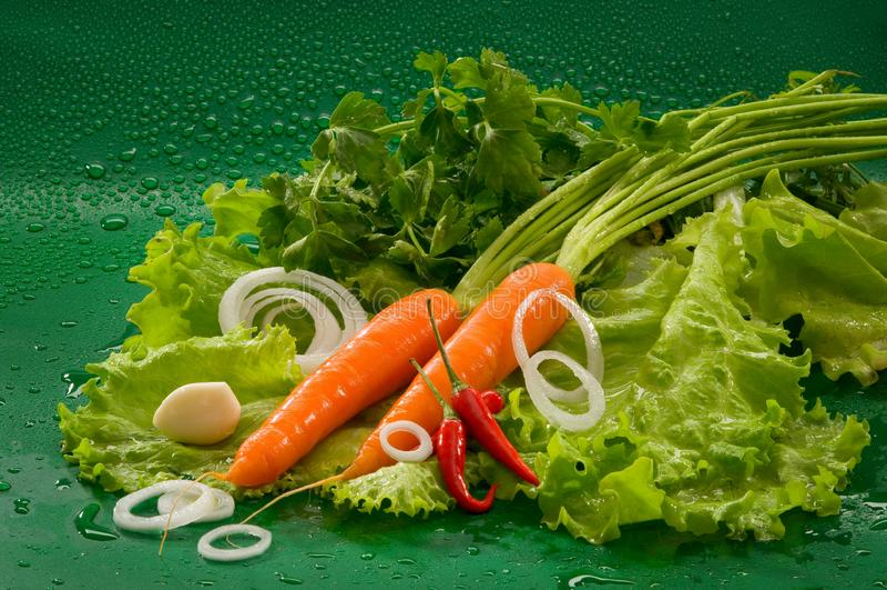 Овощи - помыл морковь, накаленный докрасна перец chili, который слезли чеснок, салат стоковое изображение rf