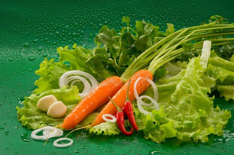Овощи - помыл морковь, накаленный докрасна перец chili, который слезли чеснок, салат стоковые фото