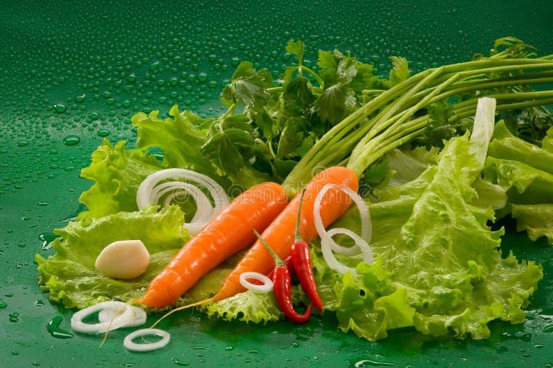 Овощи - помыл морковь, накаленный докрасна перец chili, который слезли чеснок стоковая фотография rf