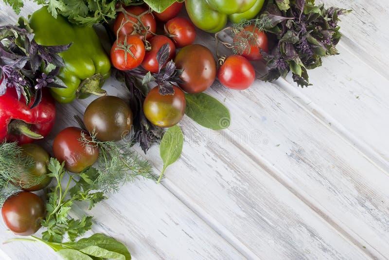 Овощи разнообразия зеленого и красного цвета, стоковые изображения