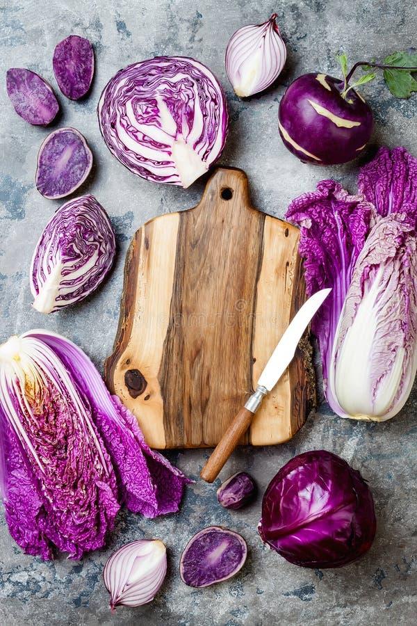Овощи сезонной осени зимы пурпурные над серой каменной таблицей Vegan основанный заводом или вегетарианская варя концепция Чистая стоковое изображение rf