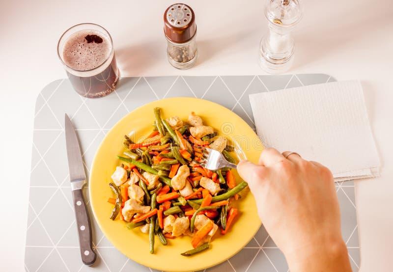 Овощи с мясом на желтой плите стоковые фото