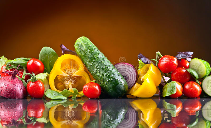 Овощи с arugula и шпинатом на черной таблице стоковые фото