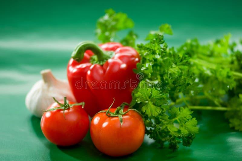 Овощи - томаты, красный болгарский перец, паприка, чеснок, петрушка стоковая фотография rf