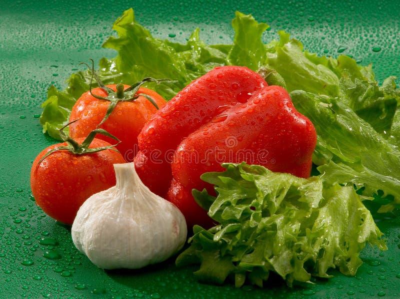 Овощи - томаты, чеснок, красный болгарский перец, листья салата стоковая фотография rf